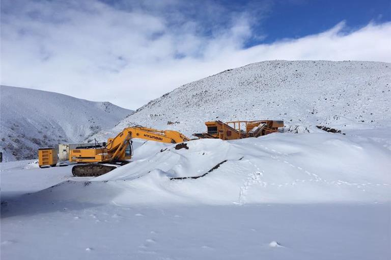 mobile-stone-crushing-screening-plant-continues-work-in-snowwinter.jpg